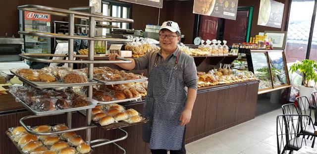▲ 이호상 동강곤드레영농조합 총괄이사가 곤드레를 활용한 제과·제빵을 선보이고 있다.