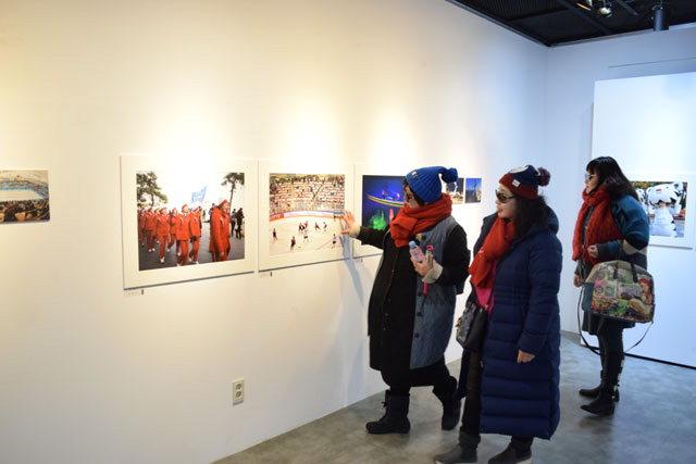 ▲ 2018동계올림픽 1주년을 맞아 강릉아트센터에서 열린 'Again 강릉,2018 사진전'을 찾은 관광객들이 전시장을 둘러보고 있다.