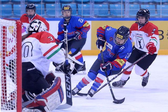 ▲ 한국 여자 아이스하키 대표팀이 10일 강릉 아이스하키센터에서 헝가리와 경기를 펼치고 있다.
