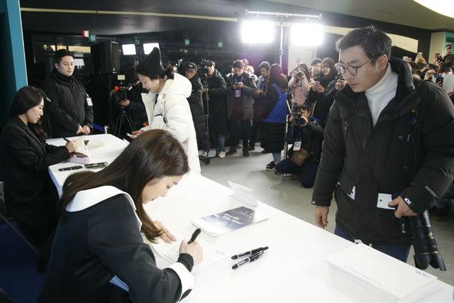 ▲ 평창동계올림픽 개최 1주년 기념 대축제가 열린 9일,강릉 아레나에서 '피겨 여왕' 김연아가 팬 사인회를 열고 있다. 구정민