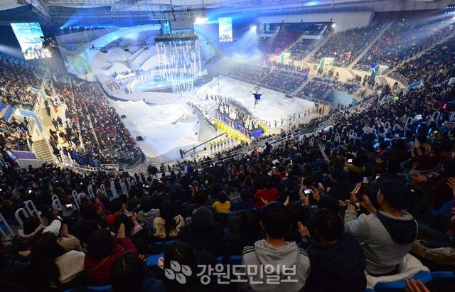 ▲ 1년전 그날처럼 2018 평창동계올림픽 1주년 기념 대축제가 지난 9일 강릉 아이스아레나에서 시민들의 뜨거운 관심속에 열린 가운데 화려한 공연이 펼쳐지고 있다.  최유진