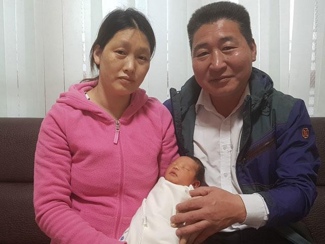 ▲ 김형기(사진 오른쪽)·서해숙씨 가정에 아홉번째 자녀가 태어나 화제가 되고 있다.
