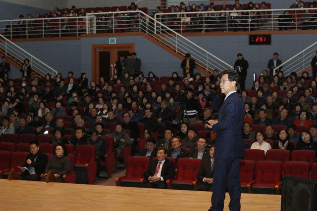 ▲ 김한근 시장은 12일 시청 대강당에서 '우리는 멈추지 않는다'를 주제로 시정 설명회를 진행했다.