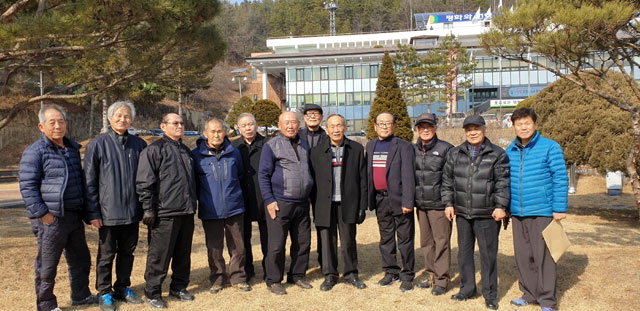 ▲ 박재민 홍천군 원로회장을 비롯한 회원들이 12일 독립선언서 기념비가 들어설 홍천군청 앞 광장을 답사했다.