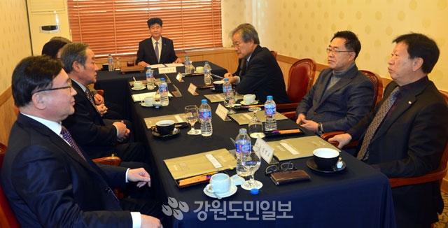 ▲ 신한은행 강원장학회 2019년도 정기이사회가 12일 춘천 세종호텔에서 열렸다. 서영