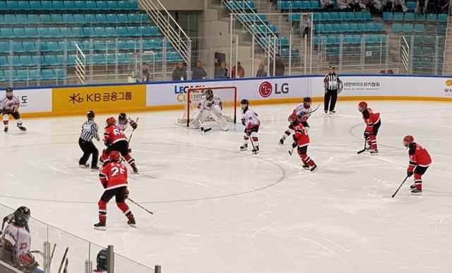 ▲ 리틀하이원 중등부가 13일 강릉하키센터에서 대구스포츠클럽과 경기를 펼치고 있다.