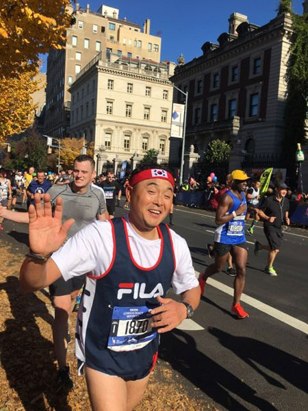▲ 국제마라톤 대회에 출전한 이봉주가 카메라를 향해 활짝 웃고 있다.