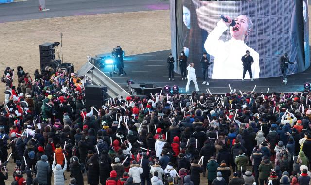 ▲ 9일 오후 강원 평창군 올림픽스타디움에서 열린 '2018 평창동계올림픽 1주년 기념식'에서 가수 인순이가 축하 공연을 펼치고 있다. 2019.2.9
