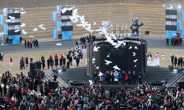 ▲ 9일 오후 강원 평창군 올림픽스타디움에서 열린 '2018 평창동계올림픽 1주년 기념식'에서 평화 비둘기 풍선 날리기 퍼포먼스가 진행되고 있다. 2019.2.9