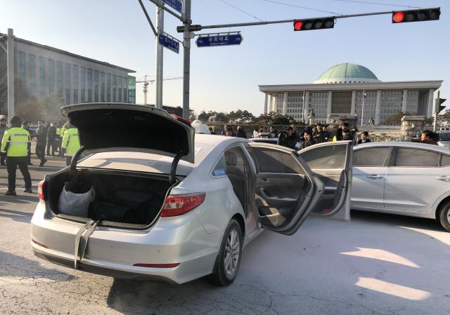 ▲ 11일 오후 서울 여의도 국회 앞 도로에서 한 택시기사가 분신을 시도했다. 경찰 및 소방 관계자들이 현장을 정리하고 있다. 2019.2.11