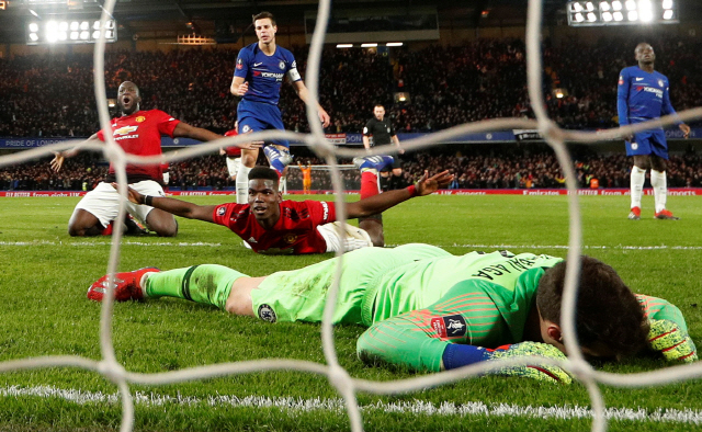 ▲ Soccer Football - FA Cup Fifth Round - Chelsea v Manchester United - Stamford Bridge, London, Britain - February 18, 2019  Manchester United's Paul Pogba celebrates scoring their second goal with Romelu Lukaku as Chelsea's Kepa Arrizabalaga looks dejected   Action Images via Reuters/John Sibley