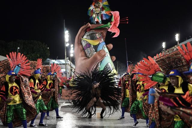 ▲ 3일(현지시간) 브라질 상파울루의 삼바 전용경기장인 삼보드로무에서 열린 카니발 축제에서 참가자들이 화려한 퍼레이드를 선보이고 있다.