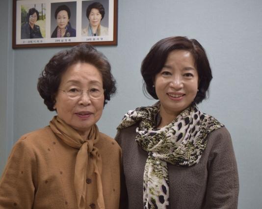 ▲ 춘천YWCA 설립 이후 처음으로 전현직 모녀 회장이 된 이미경(오른쪽) 현 회장과 신경자 춘천YWCA 명예이사.