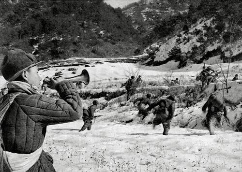 ▲ 중국군이 횡성전투에서 나팔을 불며 공격하고 있다(1951. 2.) 출처/중국해방군화보사(눈빛출판사)