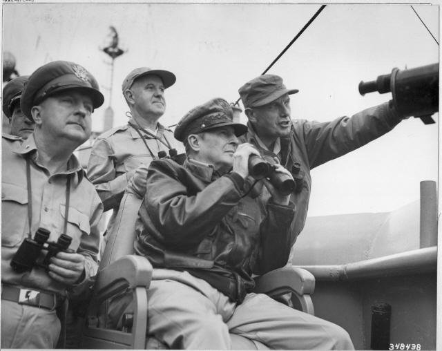 ▲ 1950.9.14.미 군함 Mountain Mckinley 호 함상에서 유엔군 총사령관 맥아더 장군이 상륙지점을 바라보고 있다.  ⓒ맥아더기념관