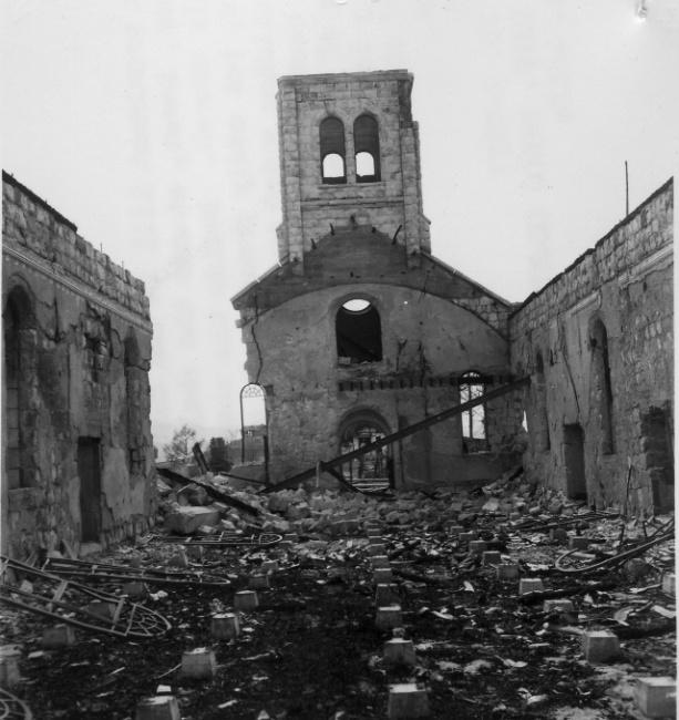 ▲ 전란으로 폐허가 된 춘천의 한 성당.(1950.10)  사진출처=NARA(미국 국립문서관리청)