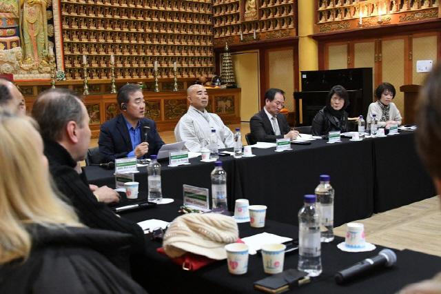 ▲ 2019 평화와 지속가능 발전 포럼&투어가 지난 30,31일 월정사 대법륜전에서 열려 참가자들이 '평화와 스포츠 및 지속가능한 관광'을 주제로 토론하고 있다.
