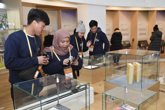 ▲ 동아시아관광포럼(EATOF) 회원국 대학생이 아리랑박물관을 관람하고 있다.