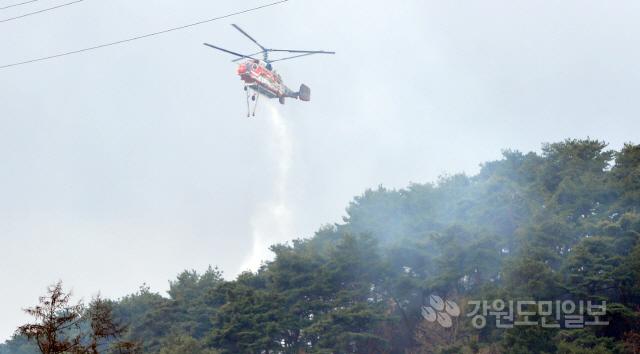 ▲ 13일 오전 춘천시 동면 야산에서 산불이 발생해 출동한 헬기가 진화활동을 벌이고 있다.  최유진