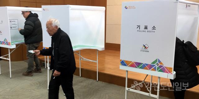 ▲ 제2회 전국조합장동시선거가 실시된 13일 춘천 신사우 투표소에서 조합원들이 투표를 하고 있다. 김명준