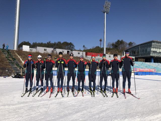 ▲ 강릉원주대 스키 및 바이애슬론 팀 선수들이 최근 평창 알펜시아 크로스컨트리 경기장에서 훈련을 마치고 기념사진을 찍고 있다.