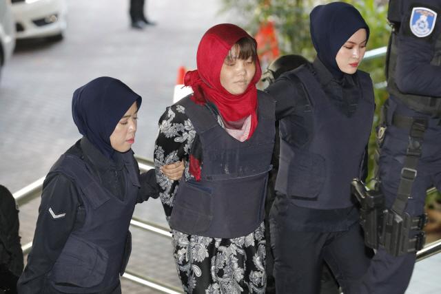 ▲ 베트남인 도안 티 흐엉(가운데)이 14일 말레이시아 샤알람 고등법원에 도착해 경찰의 호위를 받고 있다. 베트남은 말레이시아가 이번 주에 공동 피고인이 예기치 않게 석방된 후 북한 지도자의 이복동생을 살해한 혐의로 기소된 두 번째 여성을 석방할 것을 촉구했다.