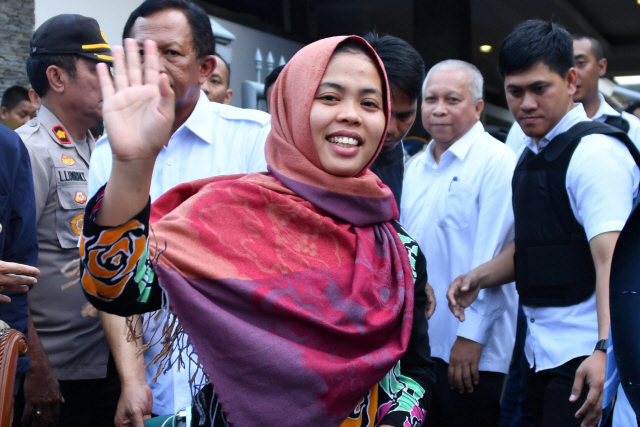 ▲ 인도네시아인 시티 아이샤가 지난 11일 자카르타에서 기자회견을 마친 후 손을 흔들고 있다.북한 지도자의 이복동생을 암살한 혐의로 기소된 현지 여성이 석방됐다는 소식이 주민들에게 전해지자 지난 11일 인도네시아 신당사리 마을에는 충격과 기쁨이 물결쳤다.