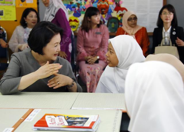 ▲ 말레이시아를 국빈방문 중인 문재인 대통령 부인 김정숙 여사가 14일 오전(현지시간) 말레이시아 쿠알라룸푸르 스리푸트리 여자 과학 중등학교를 방문, 현지 학생들과 한국어 수업을 함께 듣고 있다.