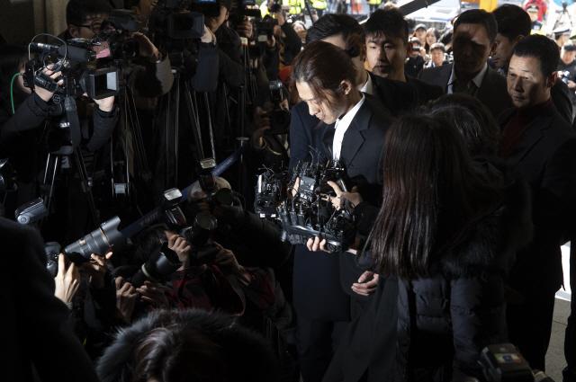 ▲ 성관계 동영상 불법 촬영·유포 논란을 빚은 가수 정준영이 피의자 신분으로 조사를 받기 위해 14일 오전 서울지방경찰청으로 들어서고 있다.