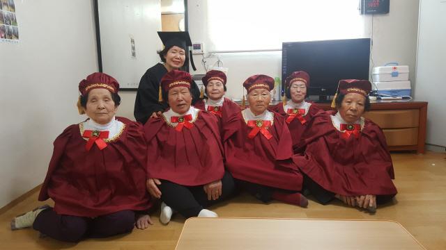 ▲ 춘천 산수1리에 거주하는 할머니들이 14일 마을회관에서 열린 한글 교육 수료식에서 기념사진을 찍고 있다.