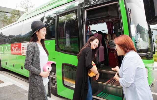 ▲ 정선군이 운영 중인 전문 관광가이드가 14일 정선아리랑센터에서 관광객을 안내하고 있다.