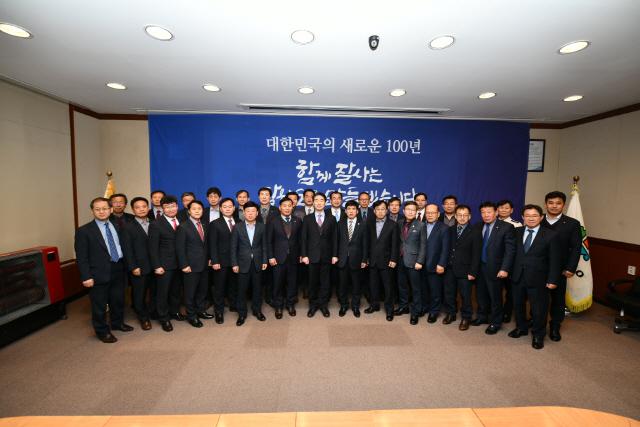 ▲ 강원도-시·군 부단체장 회의가 14일 오후 속초시청 디지털 상황실에서 열렸다.▶관련기사 4면 박주석