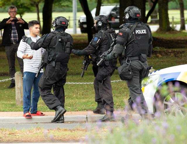 ▲ 뉴질랜드 남섬 최대 도시 크라이스트처치의 마스지드 알 누르 모스크에서 15일(현지시간) 총격 사건이 발생한 직후 무장경찰이 출동, 일반인의 주변 접근을 통제하고 있다.