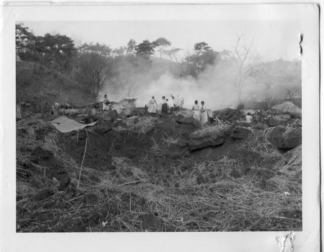 ▲ 원주 근교 교항리 마을에 한 차례 미 전투기 공습이 끝나자 주민들이 가재도구라도 건지려고 불타는 집터에 접근하고 있다(1951.2.23) 사진 출처=NARA