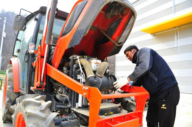 ▲ 지난 14일 화천 상서면의 한 농기계 임대사업소에서 사업소 직원이 영농철을 앞두고 농기계를 손보고 있다.
