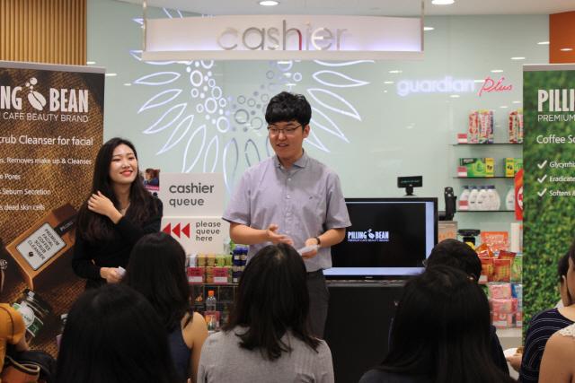 ▲ 강호길 대표가 지난해 싱가포르에서 열린 필링빈 론칭쇼에서 제품에 대해 설명하고 있다.