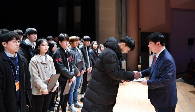 ▲ 화천군인재육성재단 올1학기 장학증서 수여식이 지난 23일 문화예술회관에서 열렸다.