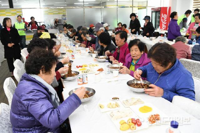 ▲ 평창 우수외식업지구 평창자연밥상마을(회장 유태화)와 외식업 평창군지부(지부장 전수원)가 마련한 지역 어르신 초청 사랑의 자장면 나눔 행사가 25일 낮 평창농협회관에서 지역의 어르신 800여명이 참가한 가운데 열렸다.  지난 2015년부터 매년 개최하는 이날 자장면 나눔행사에는 평창자연밥상마을과 외식업 군지부 회원 30여명이 봉사자로 참가,어르신들에게 직접 만든 자장면과 떡,과일 등 음식을 대접했고 군보건의료원은 어르신들을 대상으로 기초건강 측정 및 결과 상담,금연 상담,치매선별검사와 치매안심센터 홍보,절주캠페인,결핵 예방 및 올바른 손씻기 캠페인 등 건강체험관을 운영했다.신현태