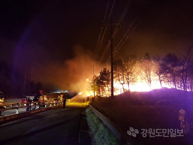 ▲ 고성산불이 확산되면서 국도7호선을 넘어서고 있다.