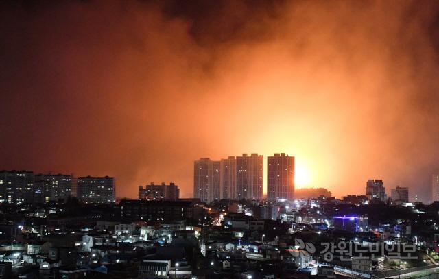 ▲ 4일 오후 7시 17분께 고성군 토성면 원암리 일성콘도 인근에서 발생한 산불이 강풍을 타고 확산되며 속초시내까지 위협하고 있다.  최유진