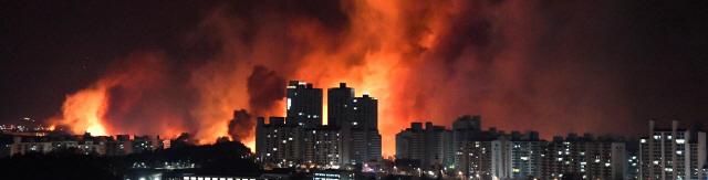 ▲ 4일 오후 7시 17분쯤 고성군 토성면 원암리 일성콘도 인근에서 발생한 산불이 강풍을 타고 확산되면서 5일 새벽 속초시내까지 위협하고 있다.  최유진