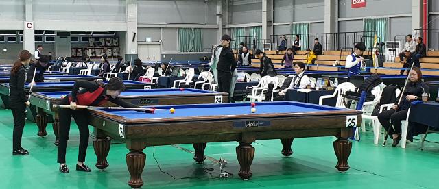 ▲ 12일 인제다목적체육관에서 인제오미자배 3쿠션 페스티벌에 참가한 선수들이 경기를 벌이고 있다.