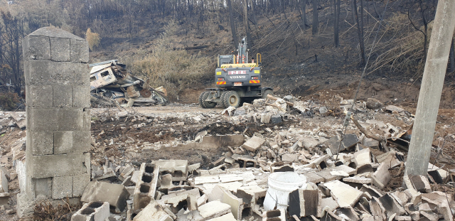 ▲ 옥계산불로 인한 피해 주택 철거가 본격화된 지 4일만에 전체 피해건물의 70% 이상이 철거되는 등 빠른 진척률을 보이고 있다. 구정민