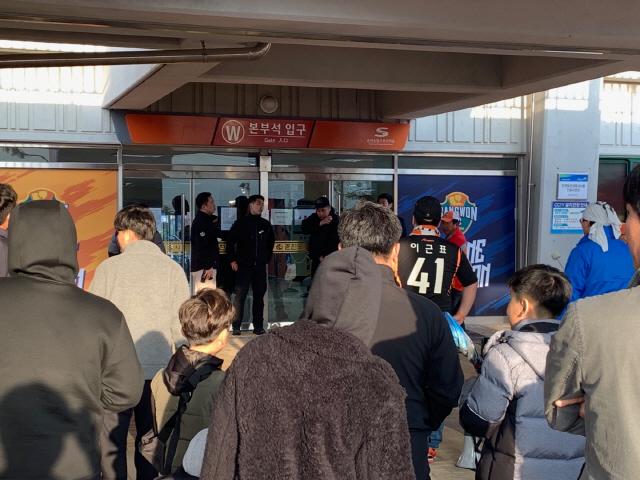 ▲ 강원FC 서포터즈 나르샤가 14일 본부석 출입구에서 심판판정에 항의하기 위해 모여있다.