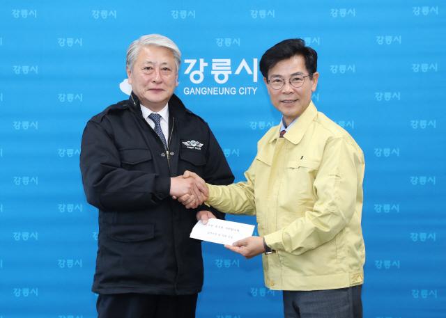 ▲ 김양호 삼척시장이 지난 12일 산불피해 이재민 돕기 성금 200만원을 김한근 강릉시장에게 전달했다.