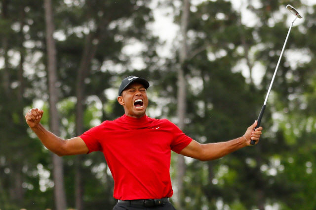 ▲ AUGUSTA, GEORGIA - APRIL 14: Tiger Woods of the United States celebrates after sinking his putt on the 18th green to win during the final round of the Masters at Augusta National Golf Club on April 14, 2019 in Augusta, Georgia.   Kevin C. Cox/Getty Images/AFP == FOR NEWSPAPERS, INTERNET, TELCOS & TELEVISION USE ONLY ==   <All rights reserved by Yonhap News Agency>