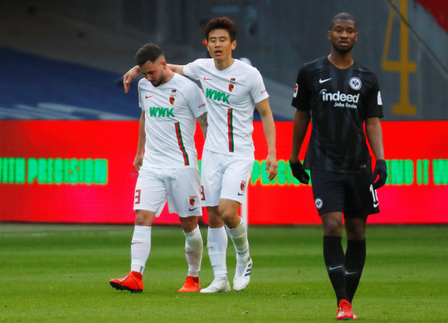 ▲ Soccer Football - Bundesliga - Eintracht Frankfurt v FC Augsburg - Commerzbank-Arena, Frankfurt, Germany - April 14, 2019  Augsburg's Marco Richter celebrates scoring their second goal with Koo Ja-cheol as Eintracht Frankfurt's Almamy Toure looks dejected    REUTERS/Kai Pfaffenbach  DFL regulations prohibit any use of photographs as image sequences and/or quasi-video    <All rights reserved by Yonhap News Agency>