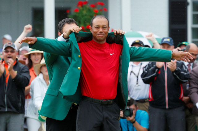 ▲ Golf - Masters - Augusta National Golf Club - Augusta, Georgia, U.S. - April 14, 2019 - Patrick Reed places the green jacket on Tiger Woods of the U.S. after Woods won the 2019 Masters. REUTERS/Brian Snyder TPX IMAGES OF THE DAY <All rights reserved by Yonhap News Agency>