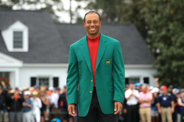 ▲ AUGUSTA, GEORGIA - APRIL 14: Tiger Woods of the United States smiles after being awarded the Green Jacket during the Green Jacket Ceremony after winning the Masters at Augusta National Golf Club on April 14, 2019 in Augusta, Georgia.   Andrew Redington/Getty Images/AFP (Photo by Andrew Redington / GETTY IMAGES NORTH AMERICA / AFP) <All rights reserved by Yonhap News Agency>
