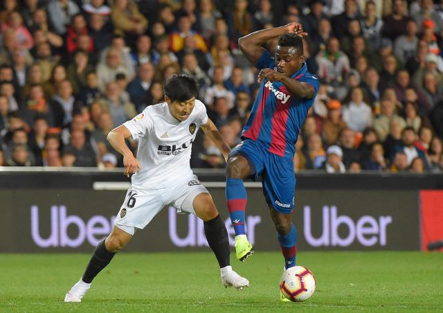 ▲ 이강인(발렌시아·왼쪽)이 15일(한국시간) 스페인 발렌시아의 에스타디오 메스타야에서 펼쳐진 레반테와 2018-2019 스페인 프리메라리가 32라운드 홈 경기에서 볼다툼을 펼치고 있다